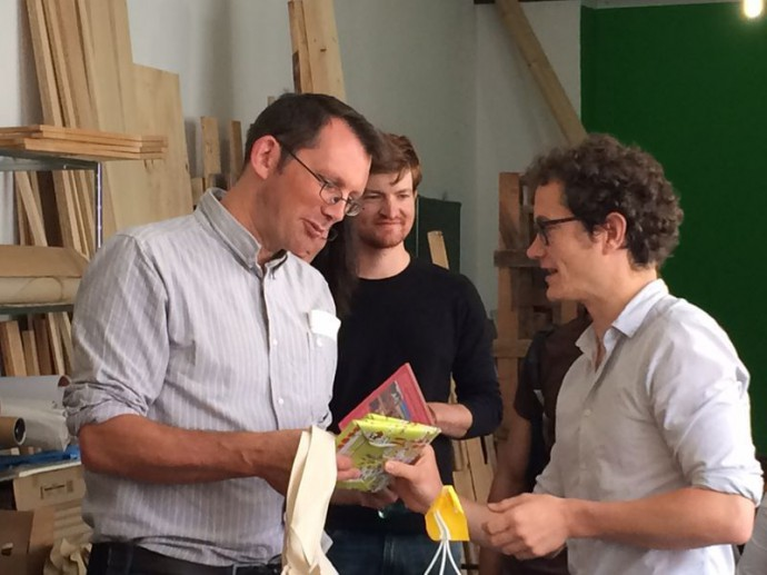 "Filmproduzent Nils Aguilar (""Voices of Transition"") (rechts) übergibt Rob Hopkins einige DVDs des Films"