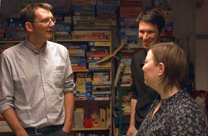 Schaut sich den Leihladen Leila an: Rob Hopkins (links) im Gespräch mit Nikolai Wolfert (Mitte) und Maike Majewski (rechts), die beide den *Leila mit betreiben