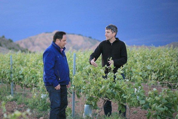 Winzerberater Daniel Wyss (rechts) im Weinberg mit Rioja-Winzer Francisco Ruiz