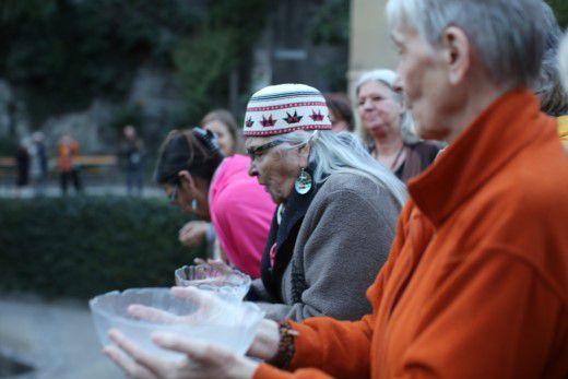 "Grandmother Agnes Baker Pilgrim und Swami Nityamuktananda bei der Gründungsveranstaltung Rat der Europäischen Großmütter"""