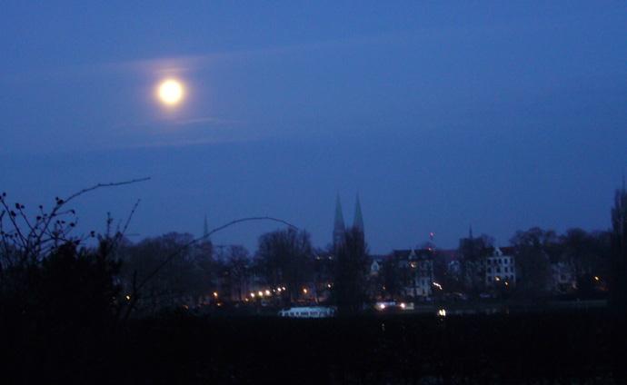 Lichtbild: Vollmond über Lübeck