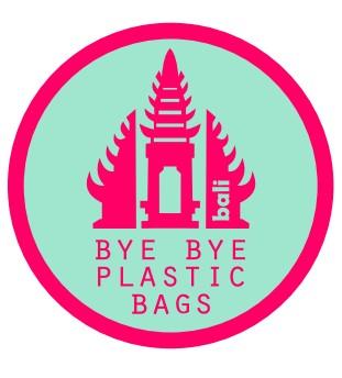 Zwei Mädchen verbannen Plastiktüten auf Bali